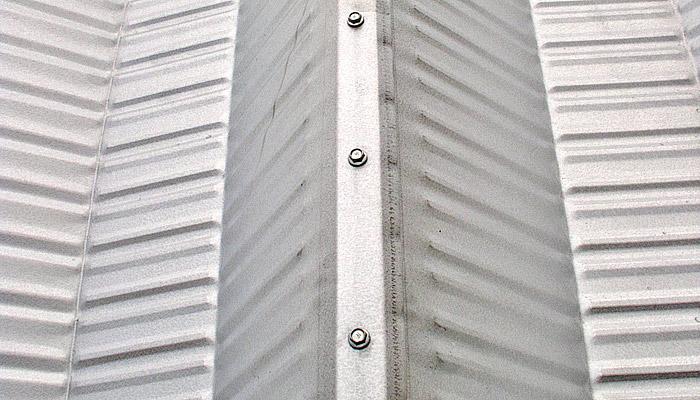 Prefabrykowane hale łukowe - samonośna hala łukowa TG z blachy Galvalume. Zdjęcie 2005.