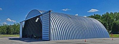 Hale i hangary łukowe - lekki samonośny hangar łukowy TG z bramą hangarową dla lotnictwa: General Aviation, wojska, aeroklubów.