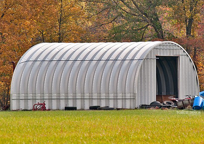 Prefabrykowane samonośne hale łukowe TG - samonośna hala łukowa typu C z bramą systemową, zastosowana jako garaż, warsztat.