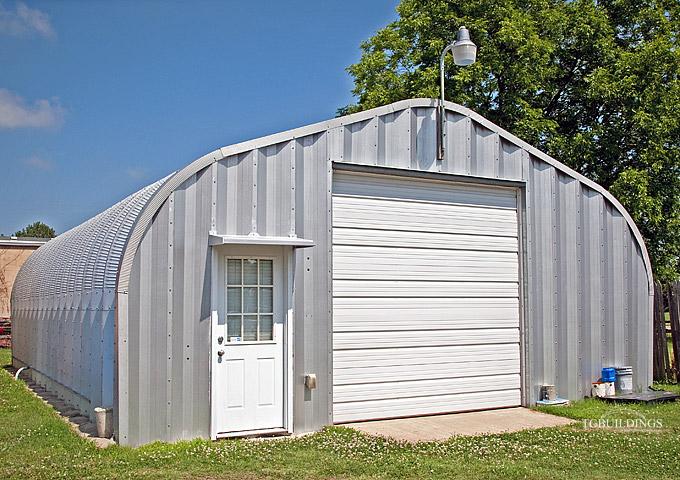 Prefabrykowane samonośne hale łukowe TG - samonośna hala łukowa typu D z bramą systemową, wykorzystana jako budynek gospodarczy, przydomowy garaż.