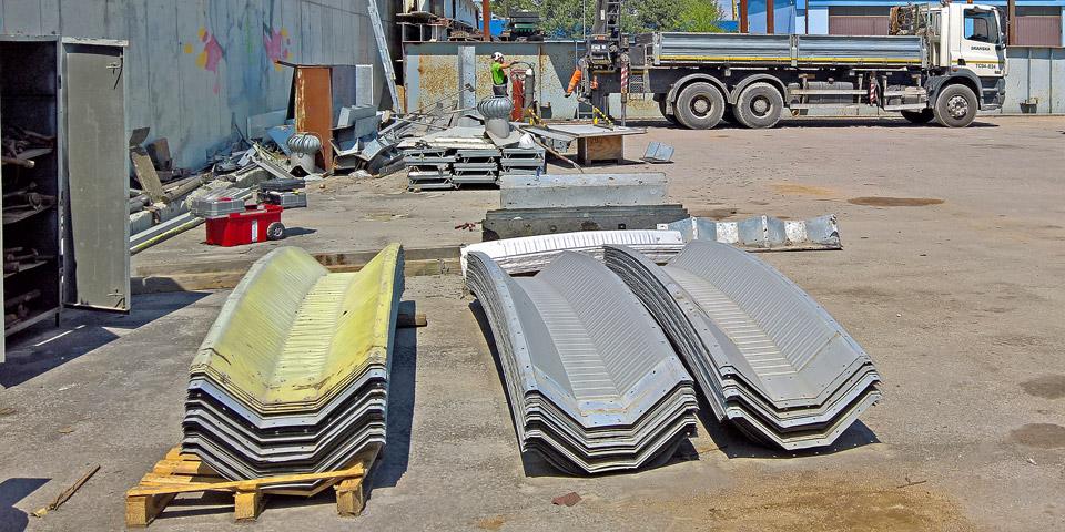 Hale łukowe TG Buildings - lekka prefabrykowana hala łukowa w elementach. Elementy hali zdemontowane po raz drugi, przygotowane do montażu po raz trzeci jako lekki dach łukowy na blachownicach.
