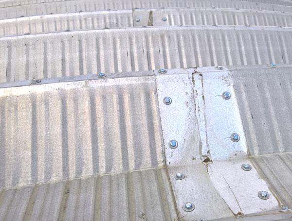 Prefabrykowana, samonośna hala łukowa - powłoka alucynk lekkiej hali łukowej po 12 latach ekspozycji zmontowana po raz trzeci jako lekki dach łukowy na blachownicach.